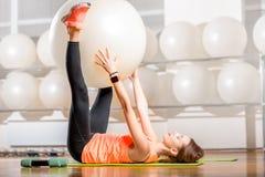 Γυναίκα που ασκεί με το fitball Στοκ φωτογραφίες με δικαίωμα ελεύθερης χρήσης