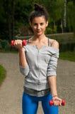 Γυναίκα που ασκεί στο πάρκο Στοκ εικόνες με δικαίωμα ελεύθερης χρήσης