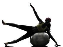 Γυναίκα που ασκεί τη σκιαγραφία σφαιρών ικανότητας workout Στοκ Φωτογραφίες