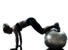 Γυναίκα που ασκεί τη σκιαγραφία σφαιρών ικανότητας workout Στοκ φωτογραφίες με δικαίωμα ελεύθερης χρήσης