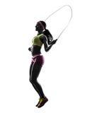 Γυναίκα που ασκεί τη σκιαγραφία σχοινιών άλματος ικανότητας Στοκ Φωτογραφίες