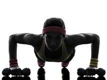 Γυναίκα που ασκεί τη σκιαγραφία ώθησης UPS ικανότητας workout Στοκ εικόνα με δικαίωμα ελεύθερης χρήσης