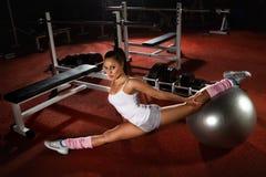 Γυναίκα που ασκεί τη σφαίρα Pilates στοκ εικόνες με δικαίωμα ελεύθερης χρήσης