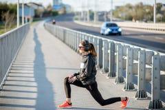 Γυναίκα που ασκεί υπαίθρια στη γέφυρα στοκ φωτογραφίες με δικαίωμα ελεύθερης χρήσης