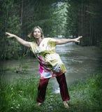 Γυναίκα που ασκεί qigong Στοκ Φωτογραφίες