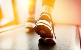 Γυναίκα που ασκεί treadmill στοκ εικόνα