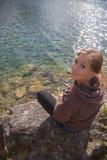 Γυναίκα που αλιεύει στη λίμνη στοκ εικόνα με δικαίωμα ελεύθερης χρήσης
