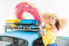 Γυναίκα που βάζει διογκώσιμο doughnut στο αυτοκίνητο στοκ φωτογραφία