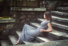 Γυναίκα που βάζει στα σκαλοπάτια στοκ φωτογραφία με δικαίωμα ελεύθερης χρήσης