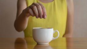 Γυναίκα που βάζει το λεμόνι στο τσάι απόθεμα βίντεο