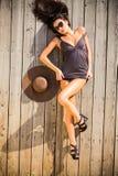Γυναίκα που βάζει seductively στο ξύλινο πάτωμα στοκ φωτογραφίες
