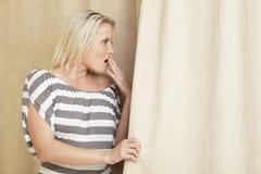 Γυναίκα που βεβαιώνει μια δολοφονία στοκ εικόνα με δικαίωμα ελεύθερης χρήσης