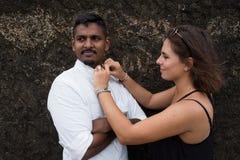 Γυναίκα που βοηθά τον αγαπημένο άνδρα της και που στερεώνει τα κουμπιά στο πουκάμισό του Στοκ εικόνες με δικαίωμα ελεύθερης χρήσης