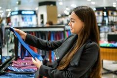 Γυναίκα που βρίσκει έναν δεσμό δώρων σε μια υπεραγορά καταστημάτων στοκ εικόνες με δικαίωμα ελεύθερης χρήσης