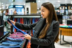 Γυναίκα που βρίσκει έναν δεσμό δώρων σε μια υπεραγορά καταστημάτων στοκ εικόνα