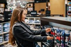 Γυναίκα που βρίσκει ένα δώρο bowtie σε μια υπεραγορά καταστημάτων στοκ φωτογραφίες με δικαίωμα ελεύθερης χρήσης