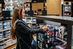Γυναίκα που βρίσκει ένα δώρο bowtie σε μια υπεραγορά καταστημάτων στοκ εικόνες