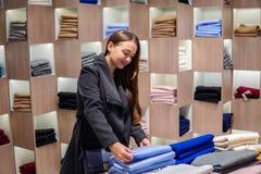 Γυναίκα που βρίσκεται νέα ενδύματα σε μια υπεραγορά καταστημάτων στοκ εικόνες με δικαίωμα ελεύθερης χρήσης