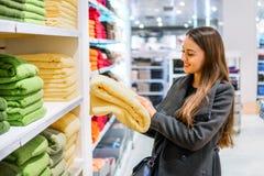 Γυναίκα που βρίσκεται νέες πετσέτες σε ένα κατάστημα υπεραγορών καταστημάτων στοκ εικόνες