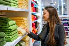 Γυναίκα που βρίσκεται νέες πετσέτες σε ένα κατάστημα υπεραγορών καταστημάτων στοκ φωτογραφίες