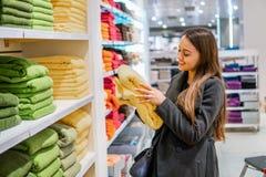 Γυναίκα που βρίσκεται νέες πετσέτες σε ένα κατάστημα υπεραγορών καταστημάτων στοκ εικόνα με δικαίωμα ελεύθερης χρήσης