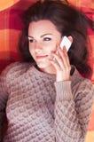 Γυναίκα που βρίσκεται σε έναν πάγκο και που μιλά σε ένα τηλέφωνο Στοκ Εικόνα