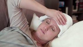 Γυναίκα που βρίσκεται στον καναπέ Έχει ένα κρύο, ένας πονοκέφαλος απόθεμα βίντεο