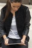 Γυναίκα που βλέπει μια ταμπλέτα Στοκ Φωτογραφία