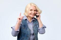 Γυναίκα που γελά μιλώντας στο κινητό τηλέφωνο που δίνει τις συμβουλές στοκ φωτογραφίες