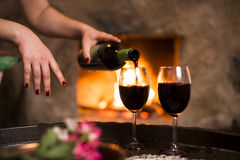 Γυναίκα που γεμίζει το κρασί Στοκ Φωτογραφίες