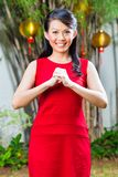 Γυναίκα που γιορτάζει το κινεζικό νέο έτος Στοκ Εικόνα