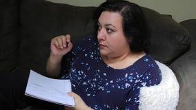 Γυναίκα που γράφει με τη μάνδρα απόθεμα βίντεο