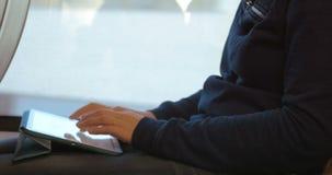 Γυναίκα που γράφει στο PC ταμπλετών κατά τη διάρκεια του ταξιδιού φιλμ μικρού μήκους