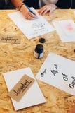 Γυναίκα που γράφει τις καλλιγραφικές επιστολές Στοκ φωτογραφία με δικαίωμα ελεύθερης χρήσης