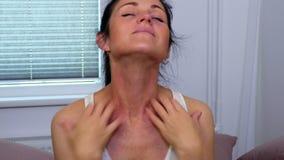 Γυναίκα που γρατσουνίζει το λαιμό της φιλμ μικρού μήκους