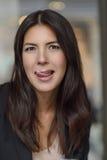 Γυναίκα που γλείφει το γαλακτώδη αφρό από τα χείλια της στοκ φωτογραφίες