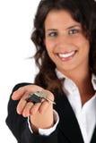 Γυναίκα που δίνει τα πλήκτρα Στοκ Εικόνες