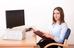 Γυναίκα που διαβάζει ένα έγγραφο στο γραφείο Στοκ Φωτογραφίες