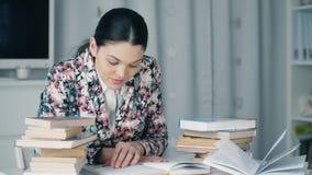 Γυναίκα που διαβάζει ένα βιβλίο απόθεμα βίντεο