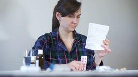 Γυναίκα που διαβάζει τις ιατρικές οδηγίες της ιατρικής απόθεμα βίντεο