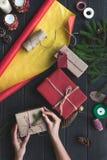 Γυναίκα που διακοσμεί τα δώρα Χριστουγέννων Στοκ φωτογραφίες με δικαίωμα ελεύθερης χρήσης