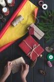 Γυναίκα που διακοσμεί τα δώρα Χριστουγέννων Στοκ Εικόνα