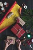 Γυναίκα που διακοσμεί τα δώρα Χριστουγέννων Στοκ Εικόνες