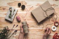 Γυναίκα που διακοσμεί το δώρο Χριστουγέννων Στοκ Φωτογραφίες