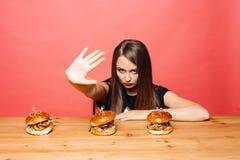 Γυναίκα που διαμαρτύρεται ενάντια στα burgers Στοκ εικόνα με δικαίωμα ελεύθερης χρήσης