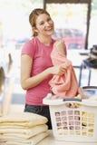 Γυναίκα που διπλώνει το πλυντήριο Στοκ Φωτογραφία
