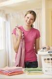 Γυναίκα που διπλώνει το πλυντήριο Στοκ εικόνες με δικαίωμα ελεύθερης χρήσης