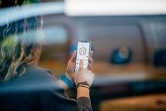 Γυναίκα που δοκιμάζει Animoji στο πιό πρόσφατο iPhone Χ στη Apple Store Στοκ εικόνες με δικαίωμα ελεύθερης χρήσης