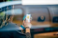 Γυναίκα που δοκιμάζει Animoji στο πιό πρόσφατο iPhone Χ στη Apple Store Στοκ Εικόνες
