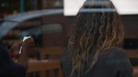 Γυναίκα που δοκιμάζει Animoji στο πιό πρόσφατο iPhone Χ στη Apple Store απόθεμα βίντεο